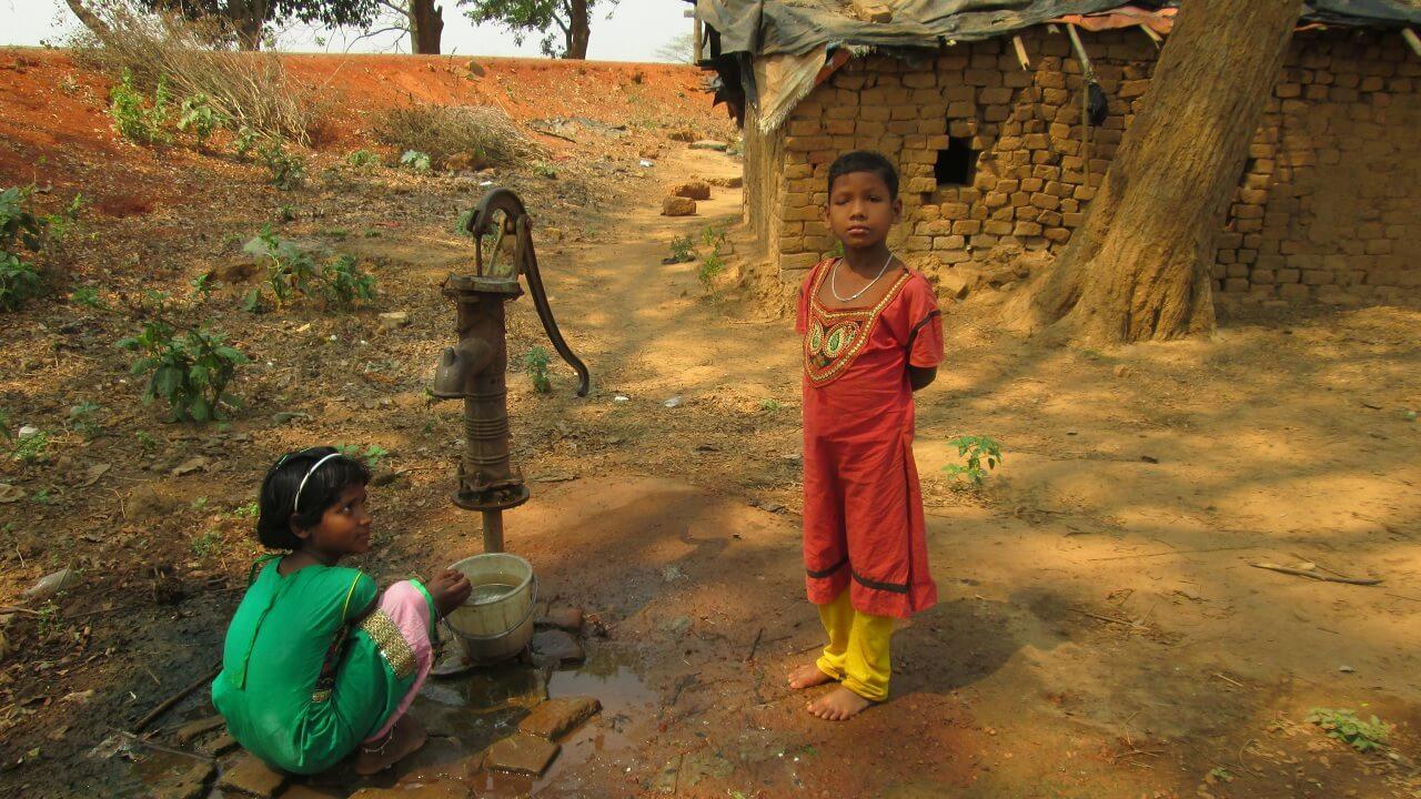 Faire Teeplantage – Kinder am Brunnen