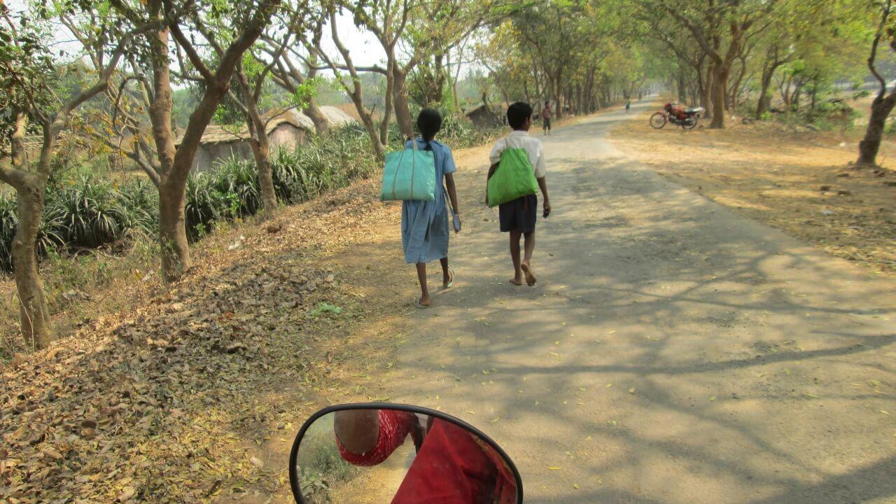Faire Teeplantage – Kinder auf dem Weg zur Schule